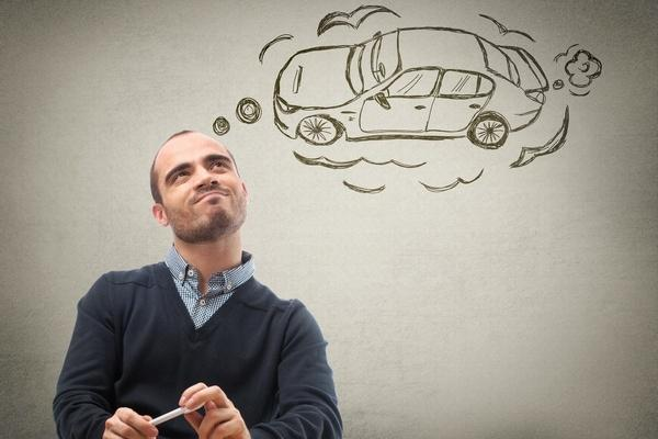 Мужчина думает о покупке машины