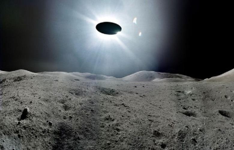 Из лунного кратера взлетает загадочный объект: телескоп зафиксировал удивительные кадры