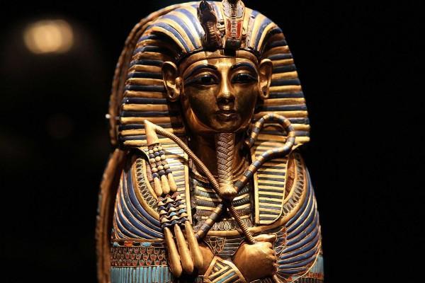 В Египте обнаружена гигантская статуя фараона Рамзеса II с короной на голове