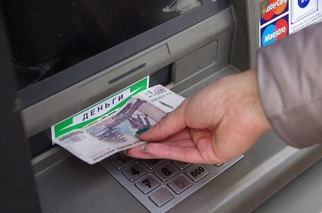 Сумму снятия наличных с банковских карт ограничат уже в 2019 году