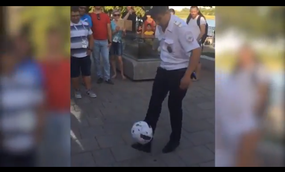 Ростовский полицейский показал туристам мастер-класс по владению мячом