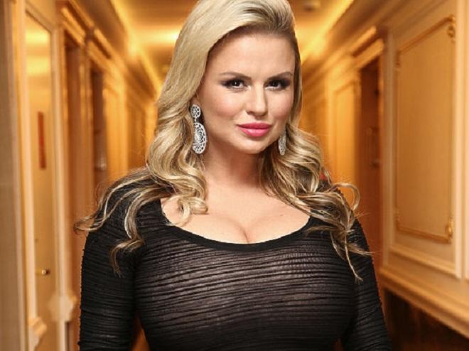 Снимок Анны Семенович смаленькой грудью широко обсуждают вглобальной сети