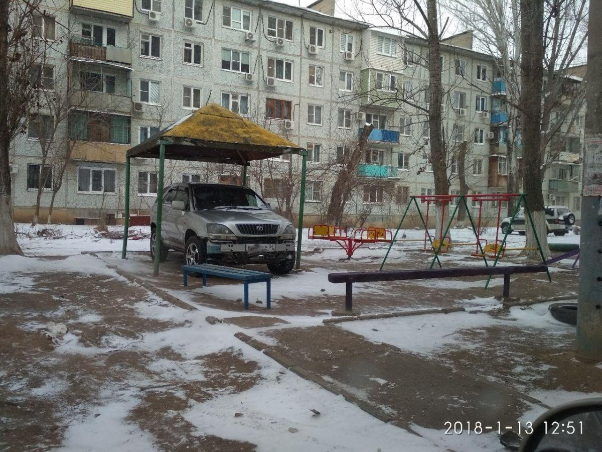 В Астрахани водитель припарковался в беседке, вызвав негодование среди горожан