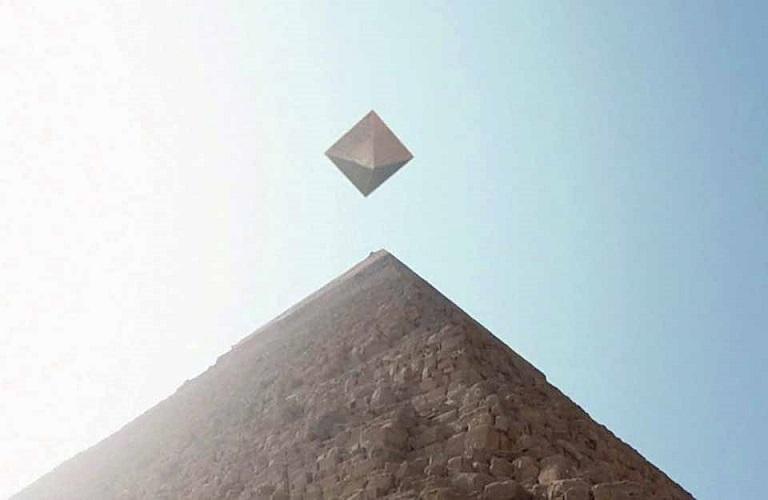 НЛО исследует египетские пирамиды – уникальные кадры попали в Сеть