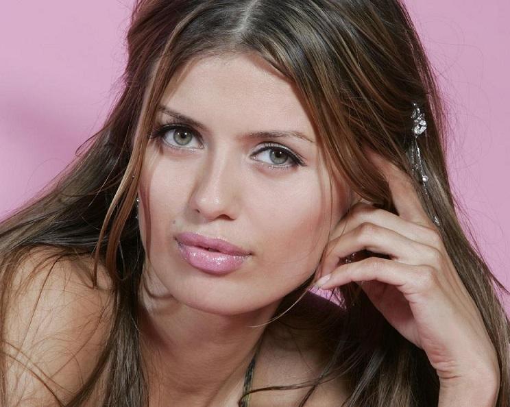 Виктория Боня поделилась с поклонниками соблазнительными фото в кружевном мини-платье