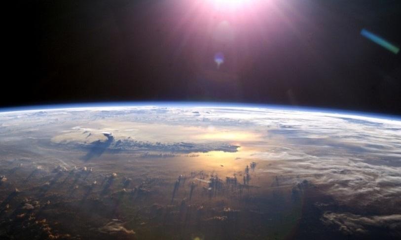 Зловещая треугольная тень над Землей попала в кадр во время трансляции со спутника