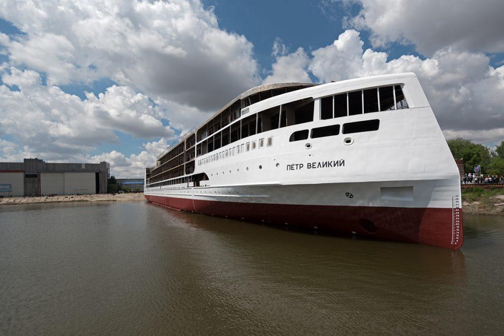В Астрахани спустили на воду круизный лайнер