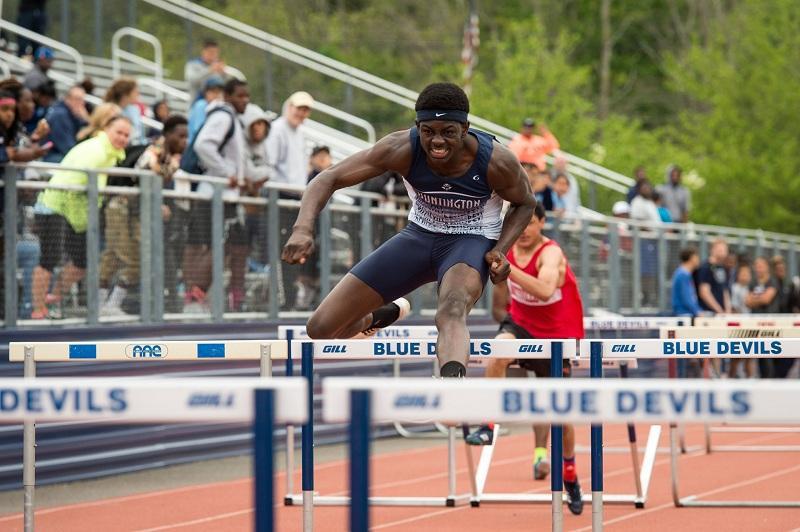 """Американский бегун одержал победу благодаря """"прыжку супермена"""""""