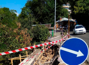 В центре Ставрополя оползень разрушил тротуар