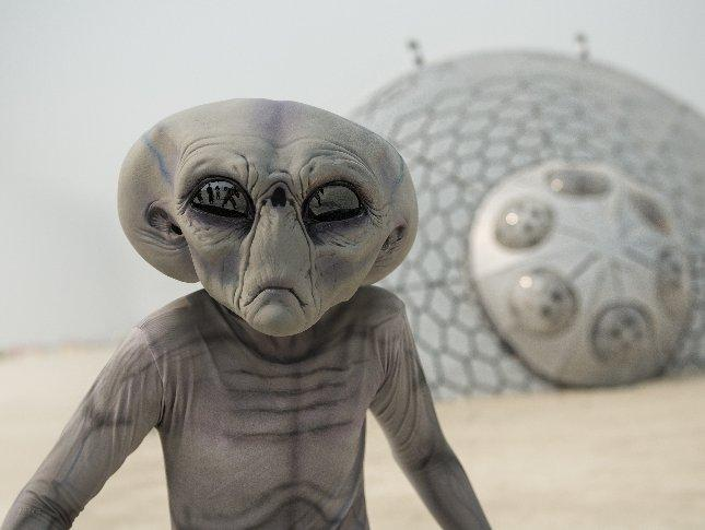 На Луне живой инопланетянин и рюкзак всполошил пользователей интернет