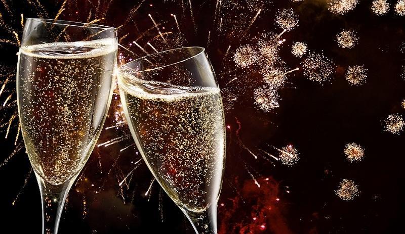 Эксперты рассказали, почему лучше не пить шампанское с пеплом от бумажки с желанием