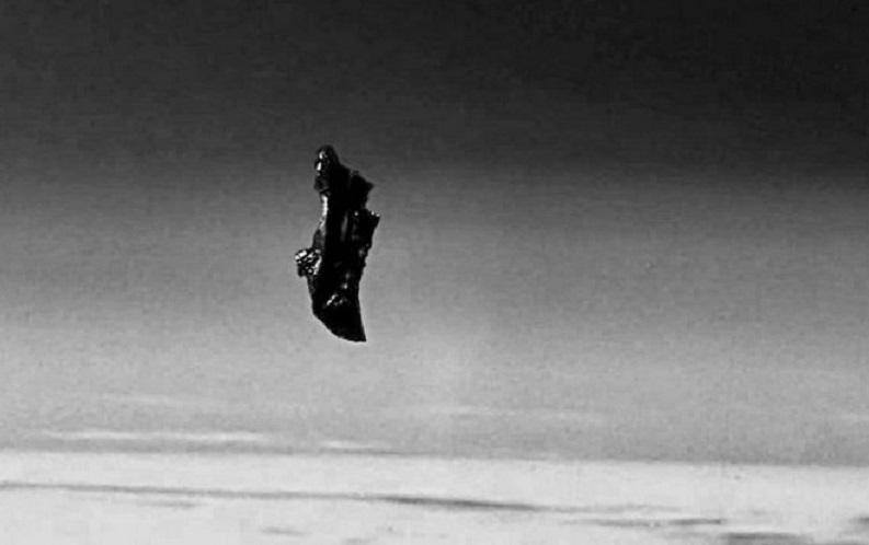 Загадочный корабль «Черный рыцарь» запечатлел на фоне Луны фотограф-любитель