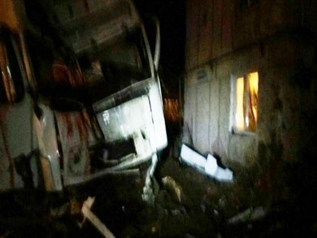 Грузовик врезался в жилой дом в Свердловской области, погибли люди