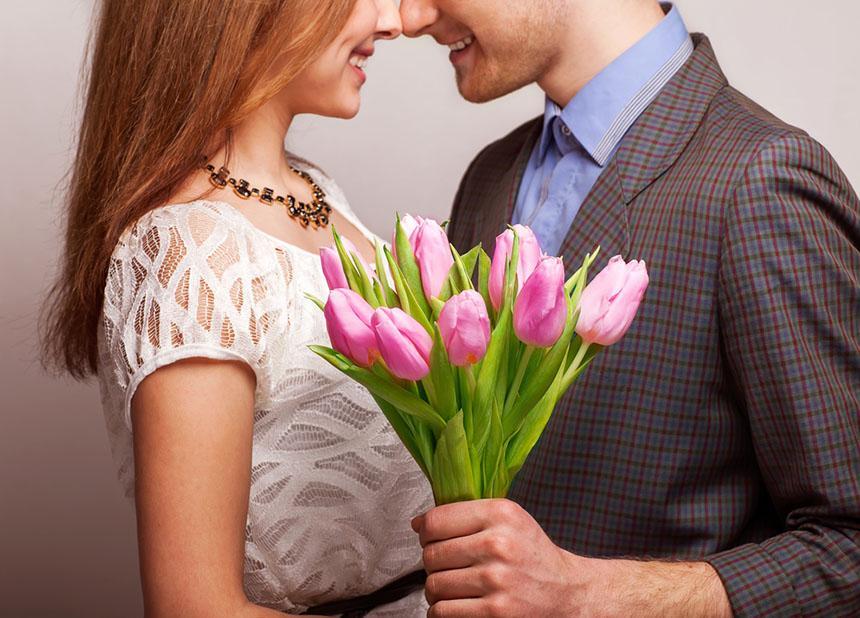 Картинки красивые мужчина дарит букет цветов