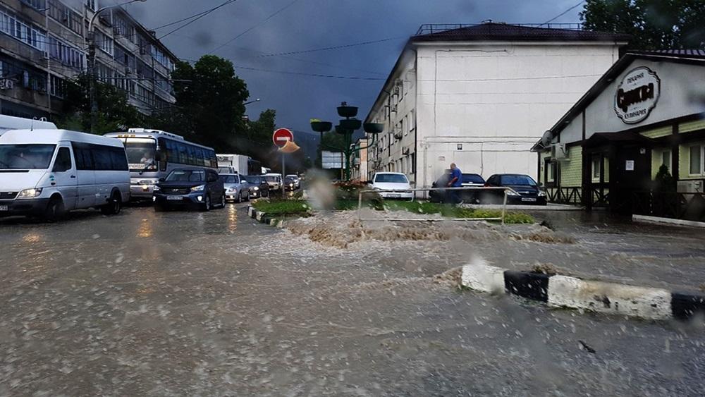 На Новороссийск обрушился мощный ливень, выпала месячная норма осадков