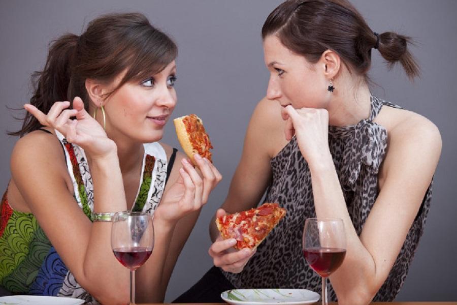 Женщины едят
