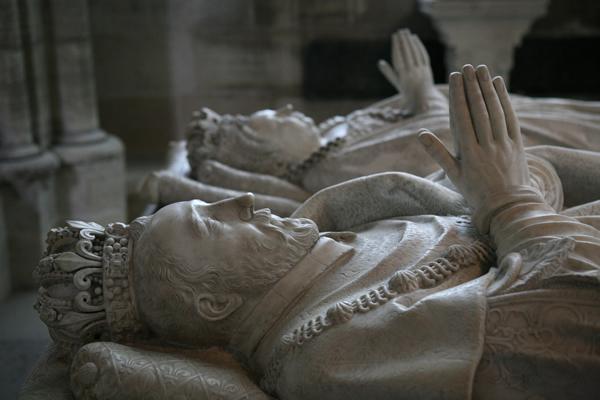 Могилу короля Британии Генриха Iобнаружили натюремной стоянке