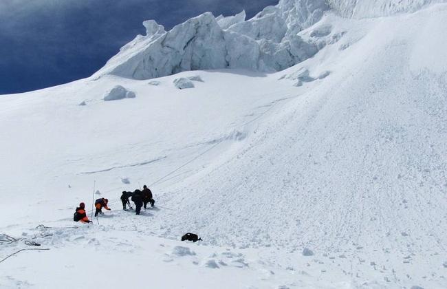 На Алтае спасатели нашли четвёртого из семи туристов, погибших под лавиной
