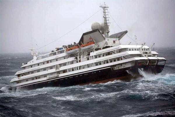 Пассажиры американского лайнера узнали, что такое «девятый вал»: шокирующее видео шторма