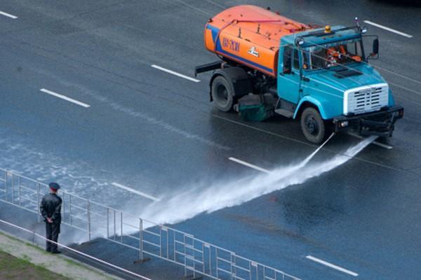 Поливальная машина смыла дорожную разметку натрассе