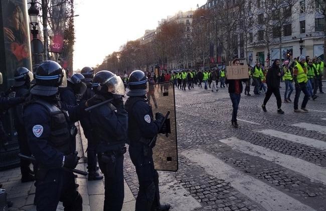 Во Франции полицейский избил сотрудника телеканала RT France