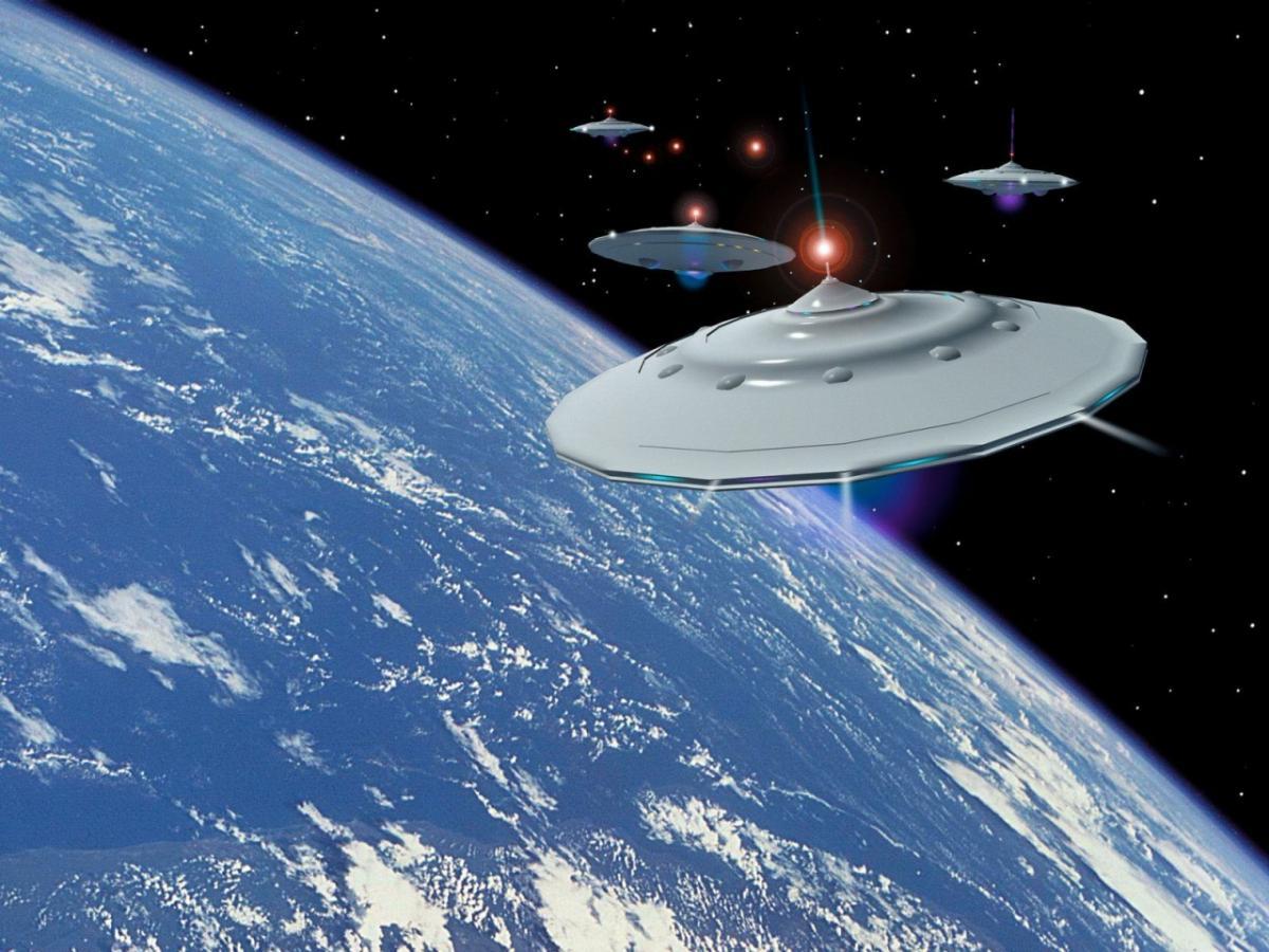 В сеть попало шокирующее  видео, как целый флот летающих тарелок паркуется на Луну