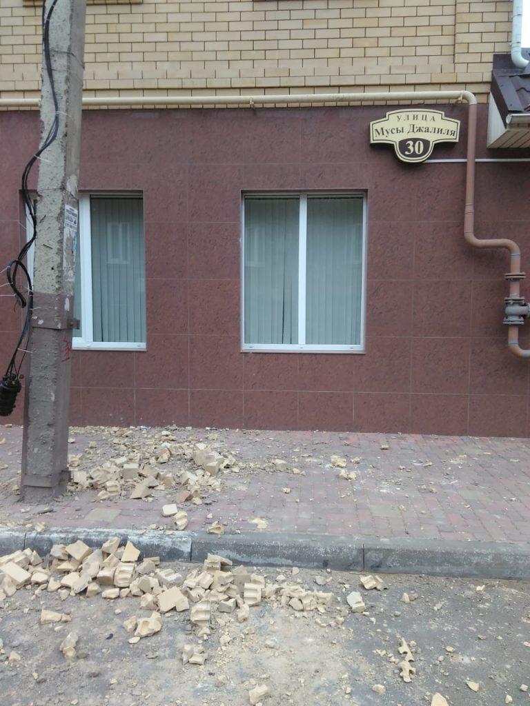 В Астрахани на одной из улиц прошел кирпичный дождь