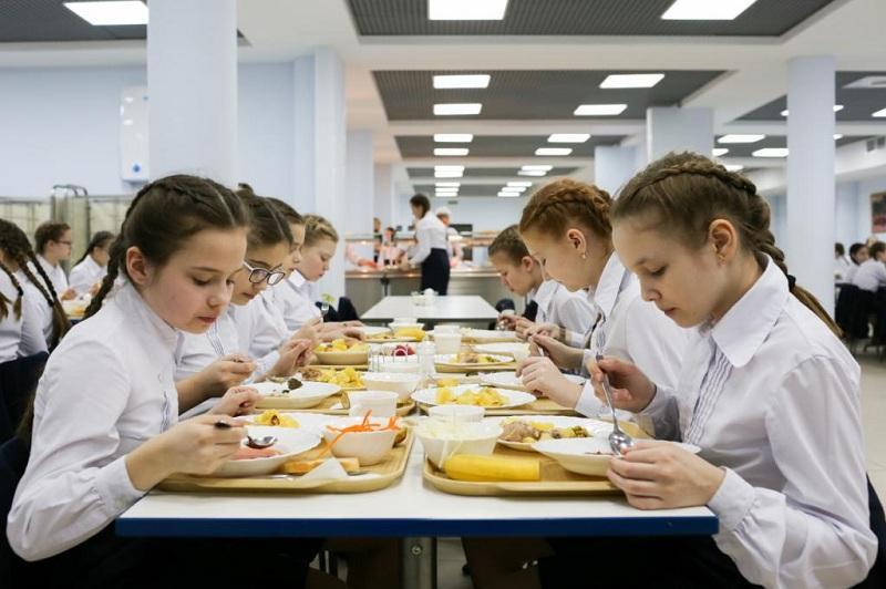Чиновница из Владимира объяснила, кто должен кормить детей в школах - реакция Сети на заявление