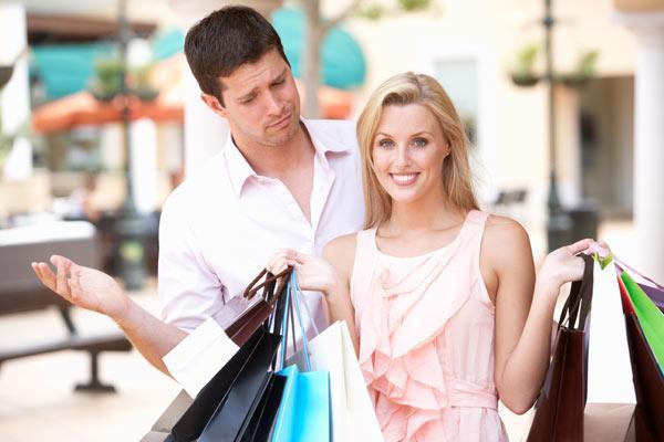 Мужчина и женщина идут с подарками