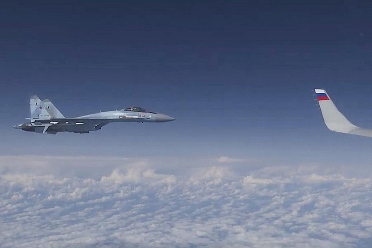 Су-27 отогнал F-18 от самолета Шойгу