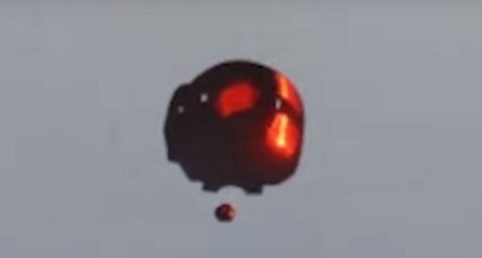 НЛО выпустил дрон в небе над Канадой