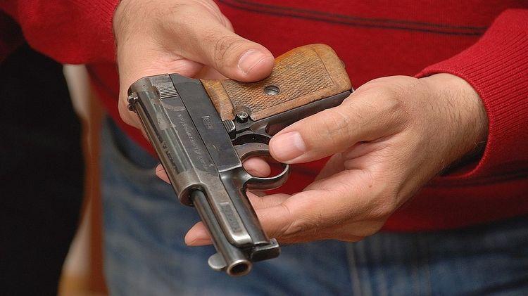 В Красноярском крае участковый, спасая девушку, выстрелил в вахтовика