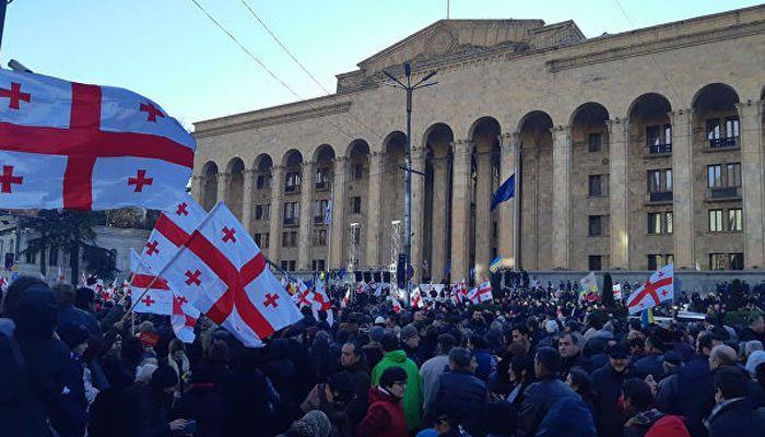В Тбилиси оппозиция устроила акцию протеста у парламента, расставив палатки