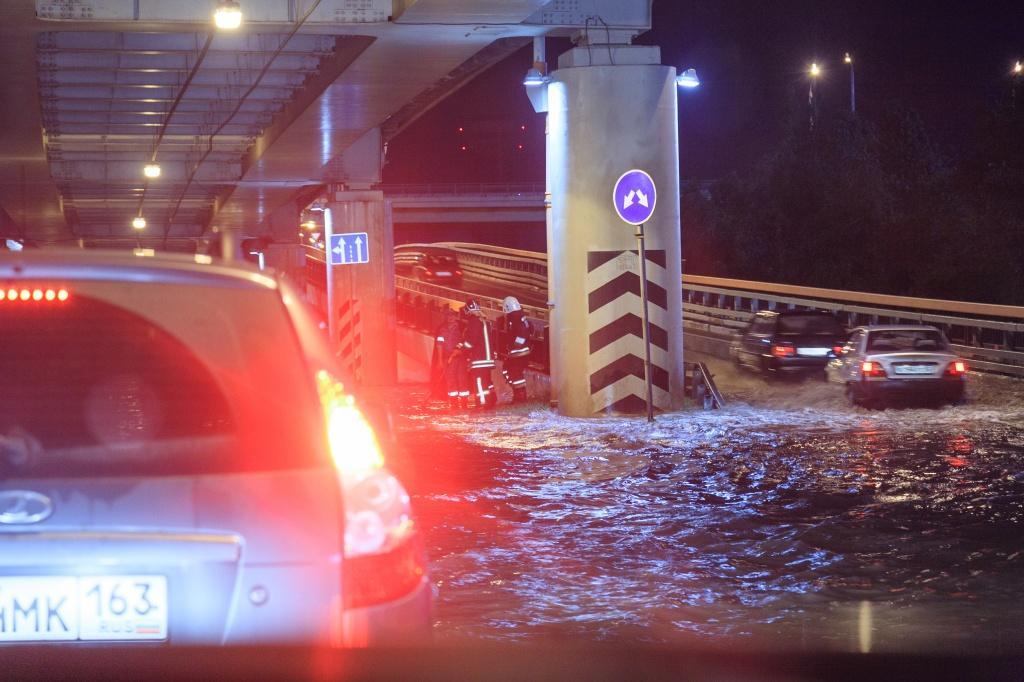последствия сильного ливня в Ростове ликвидировали всю ночь