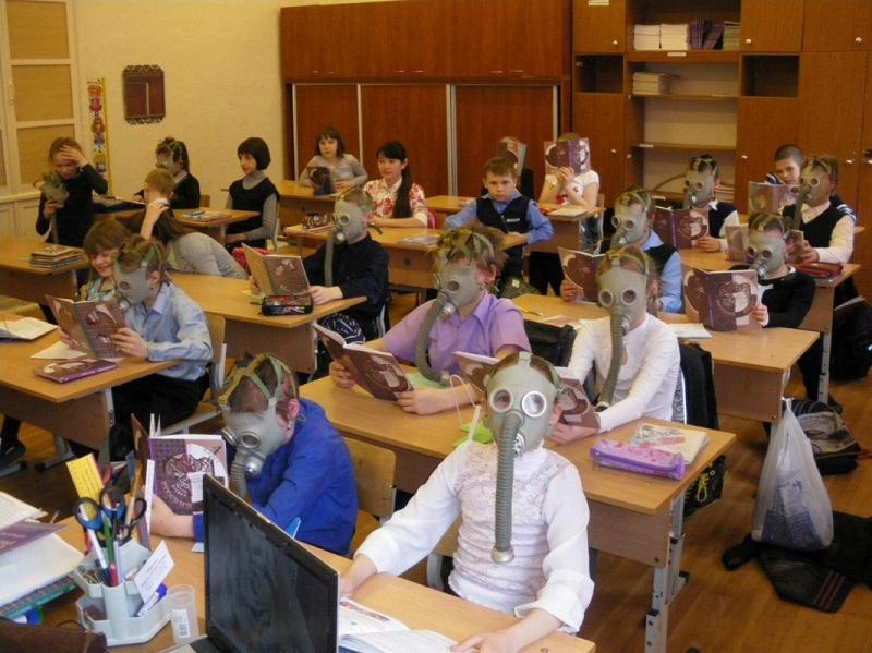 Опоздавших на урок детей заставили сидеть в противогазах 45 минут