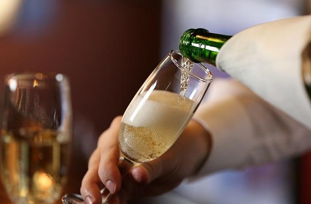 Минфин намерен поднять цены на шампанское