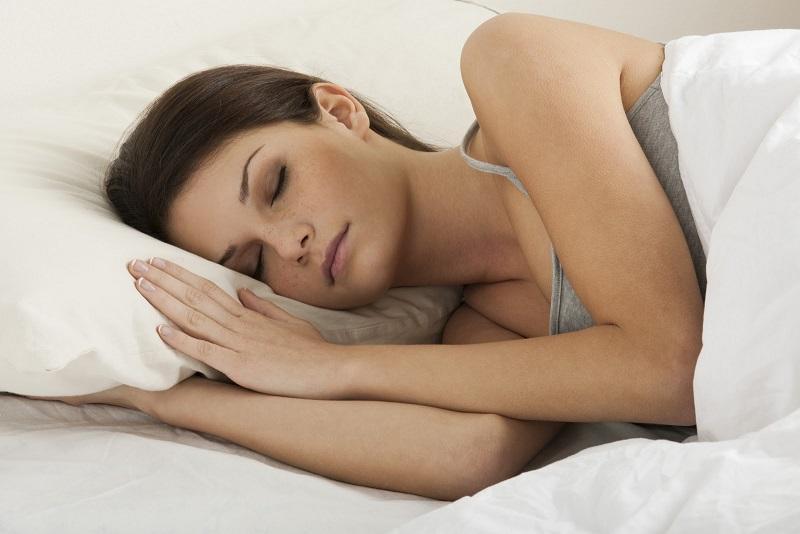 Какая поза во время сна продлевает жизнь, рассказали ученые