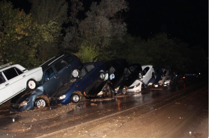 Селевой поток вКрыму снес сдороги несколько десятков авто