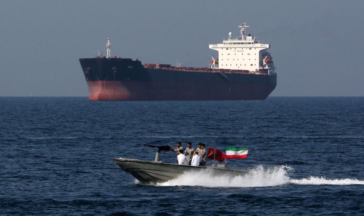 Власти Ирана не отпустят россиян с задержанного британского катера