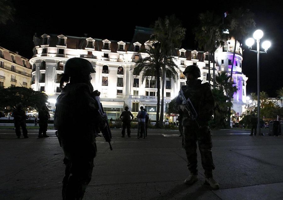 Теракт в Ницце: грузовик протаранил толпу людей, десятки погибших