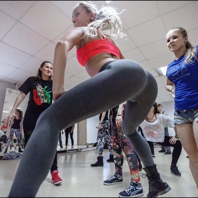 Беременная новосибирская танцовщица шокировала пользователей Сети новым танцем