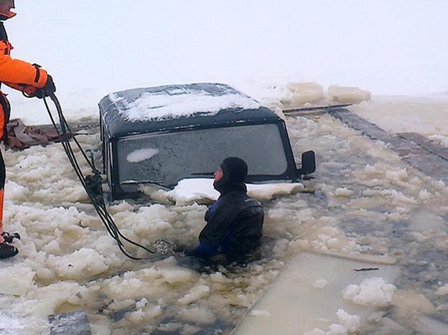 Автомобиль счетырьмя людьми провалился под лед вПриморье