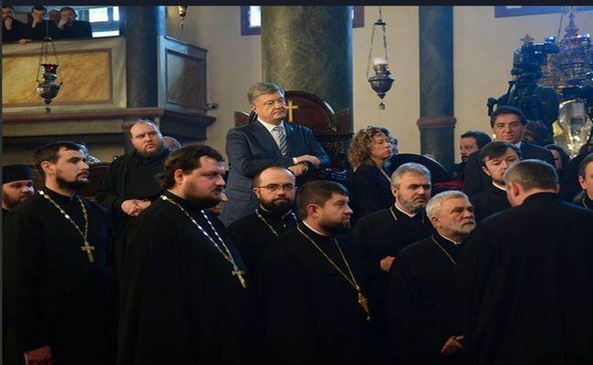 Священник упал в обморок рядом с Порошенко на вручении томоса в Стамбуле