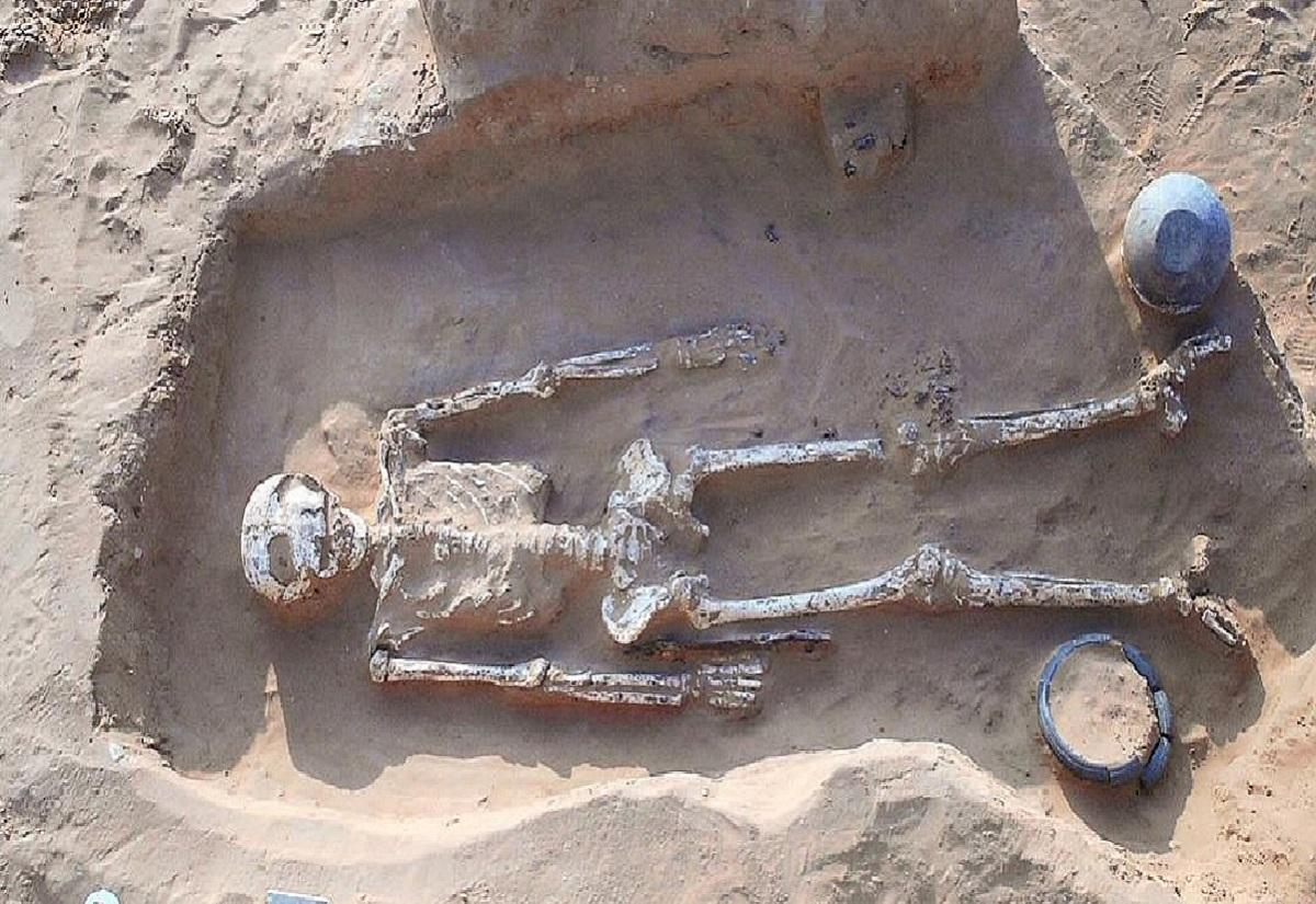 Под Астраханью нашли останки древнего воина со следами трепанации черепа
