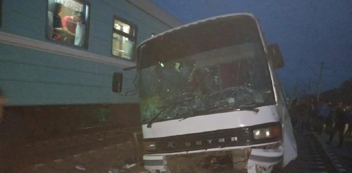 В Казахстане произошло ДТП с участием автобуса и поезда