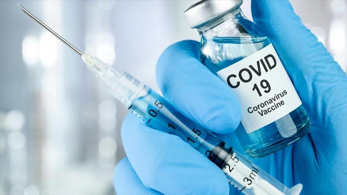 Пробирка с вакциной в руках
