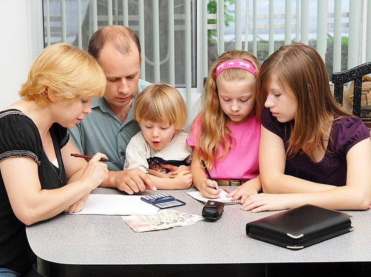 Семья с детьми считает деньги