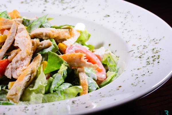 Вкусный овощной салат с имбирной курицей: простая закуска к вашему столу