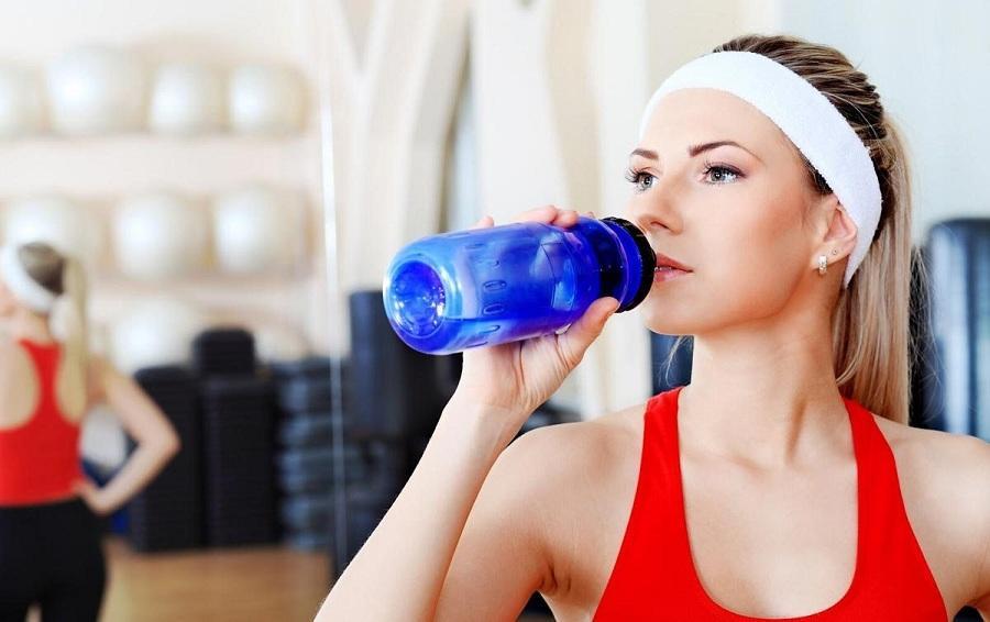 Вода не поможет похудеть: врачи разбили популярный миф о простом похудении
