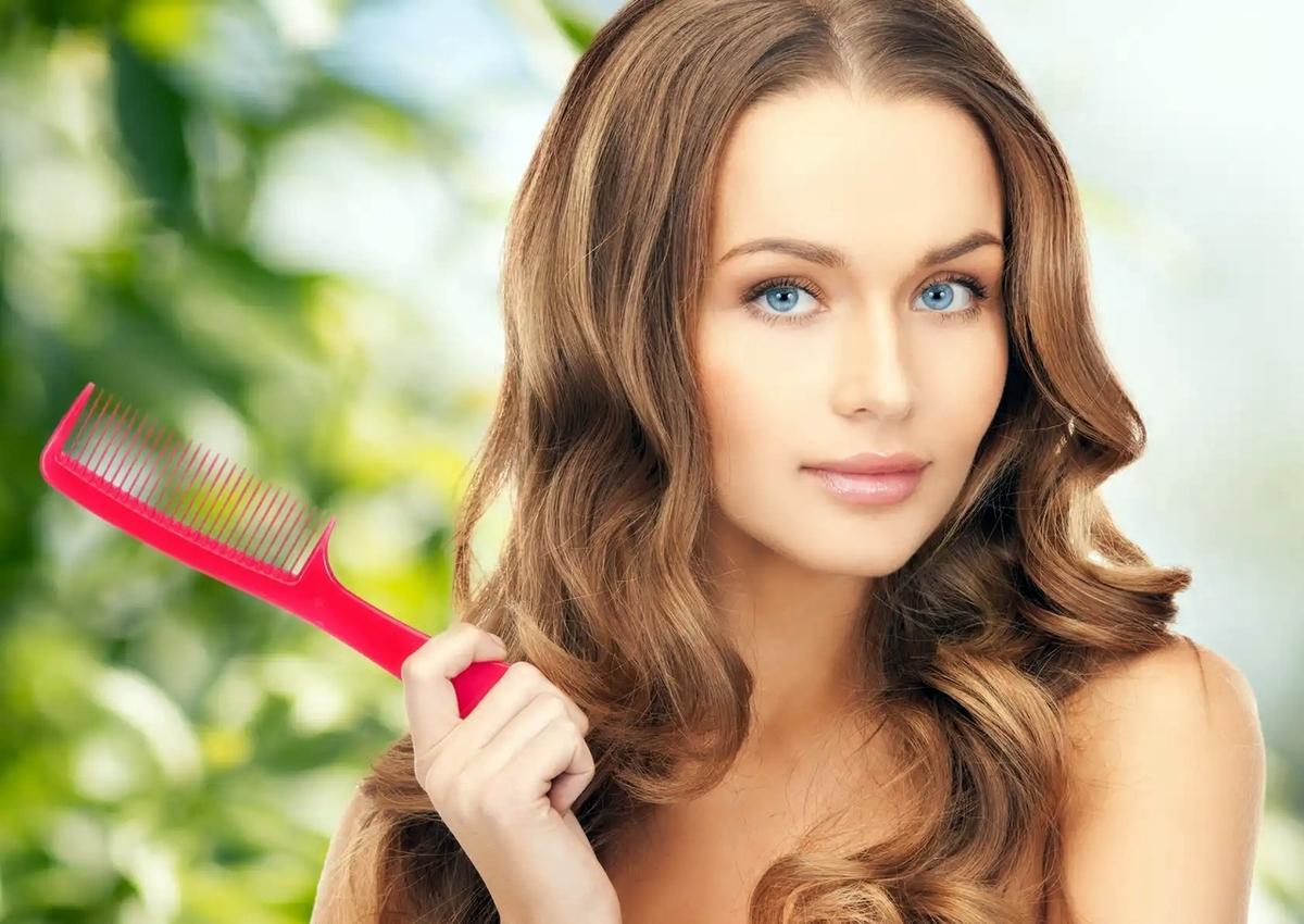 Парикмахер-стилист развенчала основные мифы об ошибках при расчесывании волос